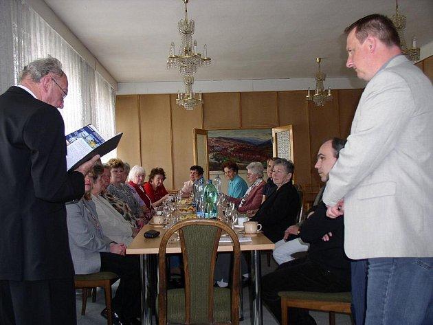 Práci dobrovolných pletařek ocenil jejich pozváním na radnici i straňanský starosta Pavel Mimochodek (na snímku vpravo)