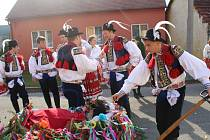 Do nedělních hodových průvodů po vesnici se vydali krojovaní ve Veletinách, Drslavicích a Hradčovicích s živými berany.