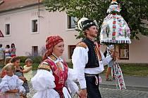 Vulicích poutní obce se pilo, jedlo, zpívalo, hrálo a tancovalo.