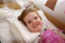 Sedmiletá Amálka je statečná usměvavá holčička, která se umí radovat. Dýchat musí za pomoci přístroje.