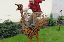 Umělec spotřeboval na tvorbu pštrosa 160 kilo šrotu.