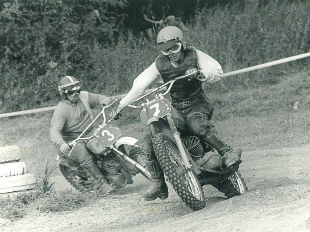 Karel Holásek (vpravo) z Kudlovic a jeho odvěký soupeř i kamarád Jiří Komárek ze Zbrojovky Brno spolu na motokrosové trati v Kudlovicích svedli nespočet dramatických soubojů.