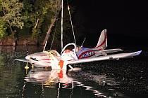 Vyprošťování letadla z jezera s pitnou vodou.