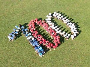 Velmi netradičně oslavilo jubileum 100 let od založení Československa na 150 žáků 6. - 9. ročníku Základní školy a mateřské školy J. A. Komenského v Nivnici společně se svými učiteli. Oblečeni do triček v národních barvách vytvořili na travnaté ploše  vla