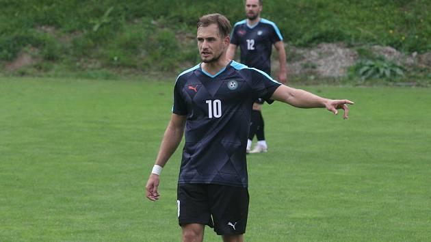 Záložník Osvětiman Jan Bartoš při nedělním zápase s Osvětimany.