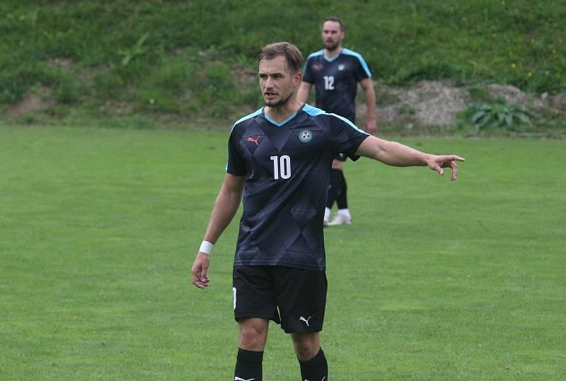 Fotbalisté Osvětiman (tmavé dresy) ve šlágru 8. kola I. A třídy skupiny B zdolali Hluk 3:2.