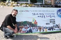 Starosta Jan Pijáček se v Koreji nechal zvěčnit u reklamního banneru, na kterém byla i fotografie Vlčnova.