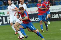 Fotbalisté Slovácka (v bílých dresech) proti Plzni