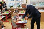S úsměvy na tvářích zahájily školní rok také v Základní škole Uherské Hradiště - Jarošov. S dětmi se vítal i Josef Botek, tajemník hradišťského městského úřadu.