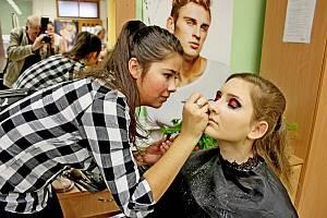 Moulin Rouge –  3. ročník nadregionální kosmetické soutěže uspořádali v Uherském Hradišti ve Střední škole služeb. Soutěžící dívky usilovaly o postup do mezinárodní soutěže Kalibr Cup vLanškrouně.