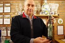 Jednatel Vinařství Jakubík se vzorkem Sauvignonu, výběru z bobulí ročníku 2011, který v Izraeli získal ocenění Double Gold.
