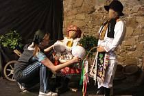 Velikonoční výstava krojů a zvyklostí na Slovácku se právě instaluje.