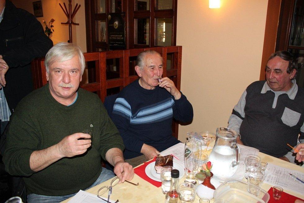DEGUSTACE. V hotelu Skanzen Modrá zasedlo v pátečním podvečeru k posouzení téměř čtyř set vzorků destilátů 65 porotců a porotkyň.