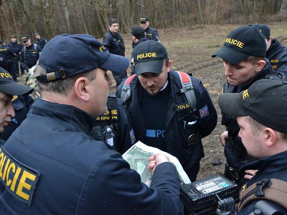 Po Elišce z Vlčnova pátrají desítky policistů a hasičů.