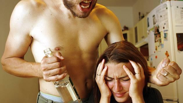 Manželské spory podle odborníků často vyhrotí alkohol.