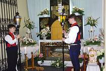 Matěj Zelinka a David Tilchert hlídají Boží hrob v kostele v Dolním Němčí.
