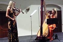 Harfenistka Kateřina Englichová a violistka Jitka Hosprová.