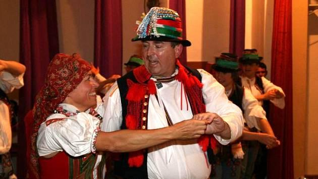 Jaký je například hradišťský starosta Libor Karásek? Nevíme, jakákoliv debata o něm i mnohém jiném chybí. Na své předvolební senátní kampani se objevil mimo jiné jako folklorní tanečník.