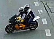 Přepadení zlatnictví v Uherském Hradišti: ozbrojení lupiči ujíždějí na motorce.