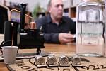 Květoslav Trávníček ukazuje nejmenší mobilní pálenici na světě s veškerým příslušenstvím, které k unikátnímu výrobku patří.