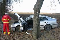 Řidič nezvládl průjezd zatáčkou, vyjel mimo silnici a bočně havaroval do stromu.