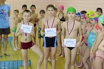 Plavecké závody školních družin.