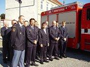 Velitel SDH v Uh. Ostrohu Stanislav Veselý (zcela vlevo)