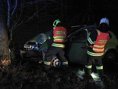 U nehody v Suché Lozi musela záchranka odvážet zraněného řidiče Dacie.