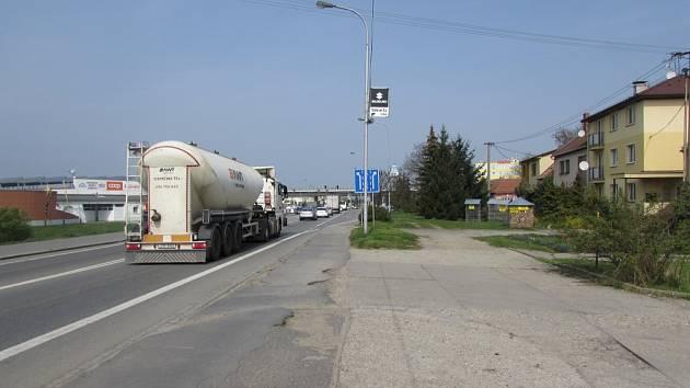 Obyvatelé Třídy Vítězství v Kunovicích se obávají rozšíření stávající silnice a místo toho navrhují obchvat Kunovic.
