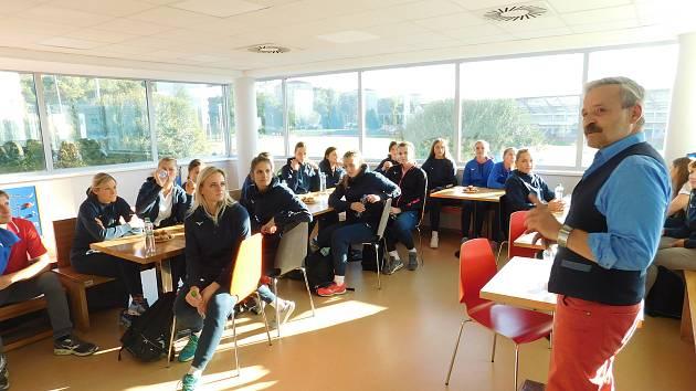 Český ženský reprezentační tým v házené přijel ve středu po náročné přípravě v Luhačovicích relaxovat do Aquaparku v Uherském Hradišti.