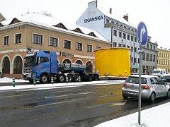 Nadměrný náklad projíždí křižovatkou v Uherském Hradišti.