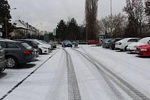 První sníh na uherskohradišťském parkovišti Na Stavidle.