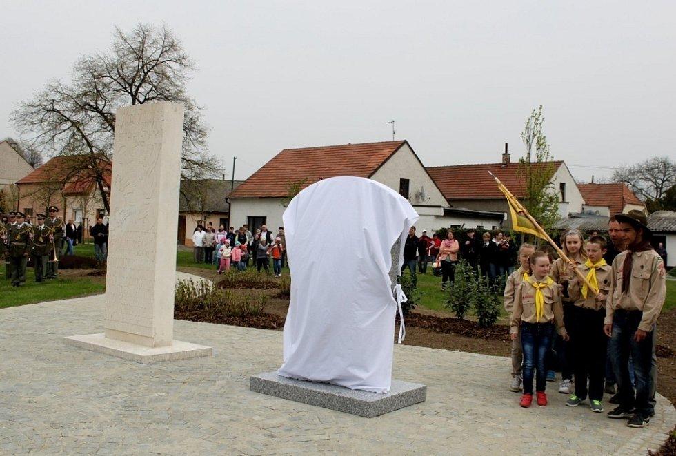 Stovky lidí vzdaly v sobotu odpoledne v Uherském Ostrohu hold paraskupině Carbon.
