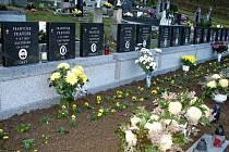 Božena Zůbková u společného hrobu padlých Salašanů před jeho obnovou v roce 2008.