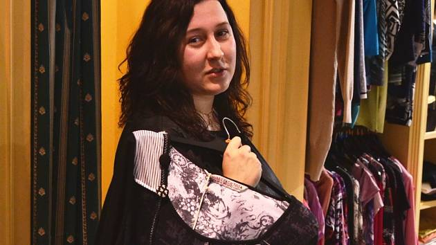 Redaktorka Slováckého deníku si vybírala šaty na ples.