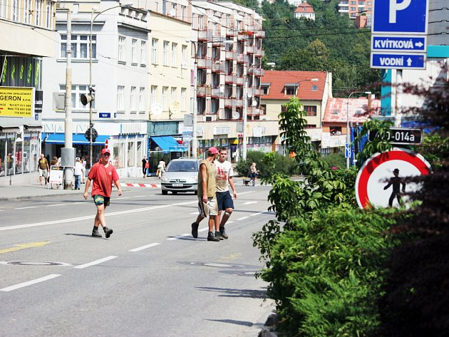 Kvůli uzavřenému podchodu na ulici Dlouhá riskují denně stovky chodců, kteří jsou líní dojít k nejbližšímu přechodu a raději přebíhají za plného provozu z jedné strany na druhou.