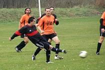 Fotbalisté Topolné (v tmavém) si nakonec z Bílovic odvezli bod za remízu 2:2. Foto: TJ Bílovice