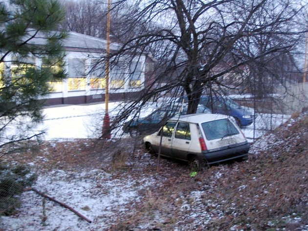 Nezvládl jízdu ani parkování.