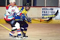 Na výhře domácích se dvěma brankami podílel útočník Martin Barák (vlevo).