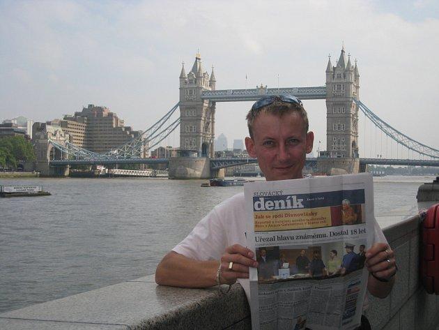 Marian Janča si s sebou do Londýna nezapomněl přibalit Slovácký deník.