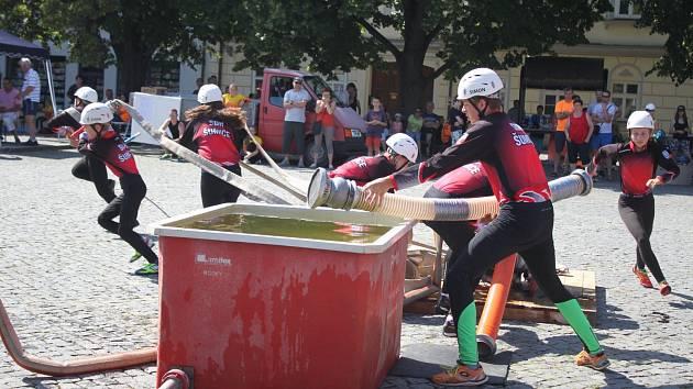Mladí hasiči nebojovali při soutěži O pohár starosty OSH Uherské Hradiště lstí a zradou, ale fair play.