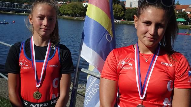 Vysokou výkonnost potvrdily sestry Klára a Tereza (vlevo) Studničkovy. Šikovné závodnice dokázaly proměnit všechny své starty v umístnění na stupních vítězů.