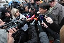 Starosta Uh. Brodu Patrik Kunčar v obležení televizních štábů.