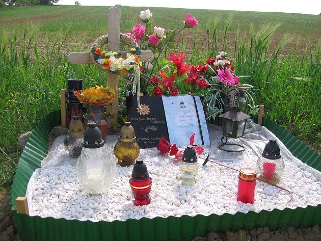 První letošní smrtelnou autonehodu na Slovácku připomíná právě tento pomníček u silnice mezi obcemi Břestek a Tupesy.