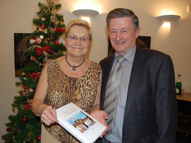 Ludmila Tarcalová (na snímku s manželem) ukazuje už pokřtěnou publikaci.