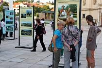 Vernisáž výstavy Karpaty v Evropě na Stojanově nádvoří před velehradskou bazilikou. Expozice měla trvat až do 10. října. Pak měla putovat do Uh. Brodu. Větrné poryvy ji rozmetaly.