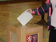 Také na Kroměřížsku začaly v pátek 20. října volby do Poslanecké sněmovny. Na snímku volební místnost v Domě kultury ve Zdounkách.