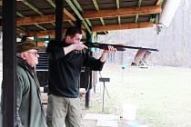 Střelec zbraň nabil a pak zaujal správný střelecký postoj. Po zvolání, holub, na letící terč vypálil.