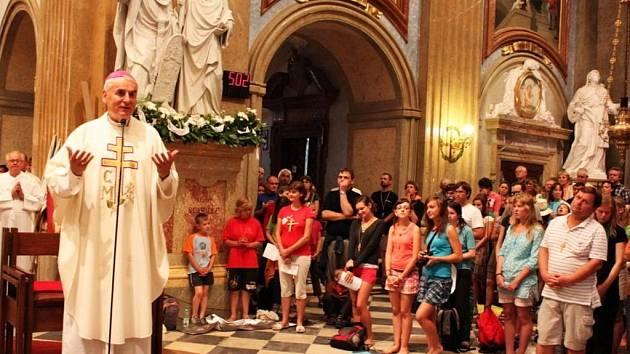 Biskup Cikrle poděkoval poutníkům, že dorazili pěšky na posvátný Velehrad, stejně jako kdysi sv. Cyril a Metoděj.