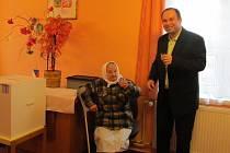 Tamní nejstarší obyvatelka, 92letá Vlasta Havlová si připíjí se starostou Drslavic.